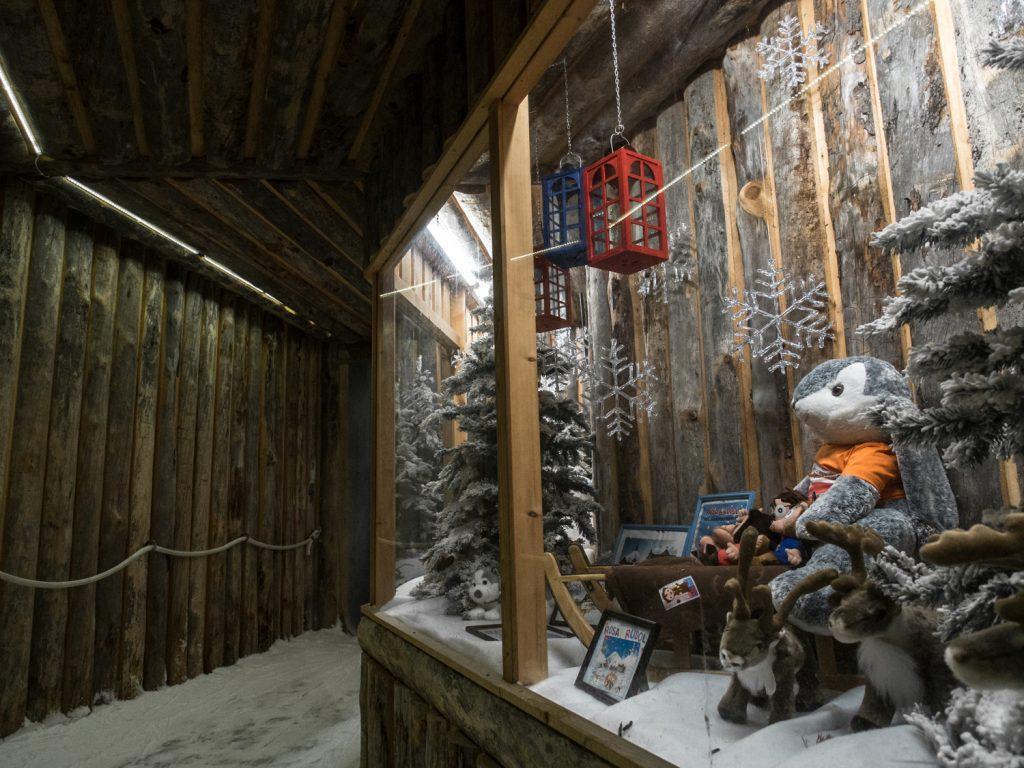 Rakennusmateriaalit ovat Lasten maassa laadukasta kelopuuta. Kuva Maria Mikkonen.