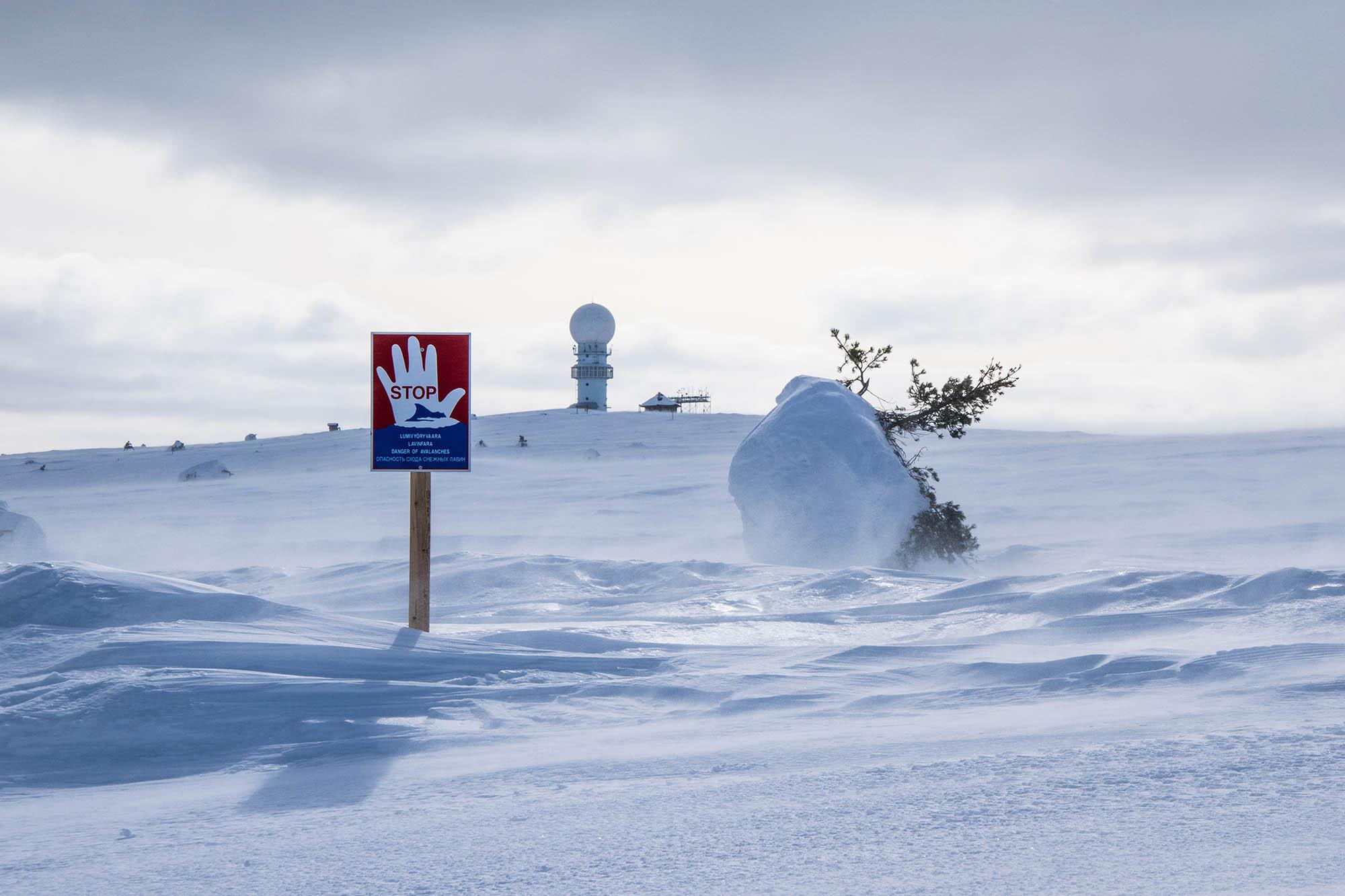 Luostolla kuvattu lumivyöryjen varoituskyltti on syytä ottaa vakavasti. Kuva Ski.fi
