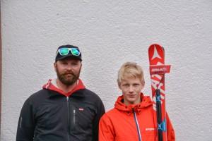 Jaakko Tapanainen (oik.) ja valmentaja Mikko Heiskanen syyslomaleirillä Hintertuxissa. Jaakko on hakemassa tuntumaa uusiin Atomicin suksiin, jotka toimivat hyvin.