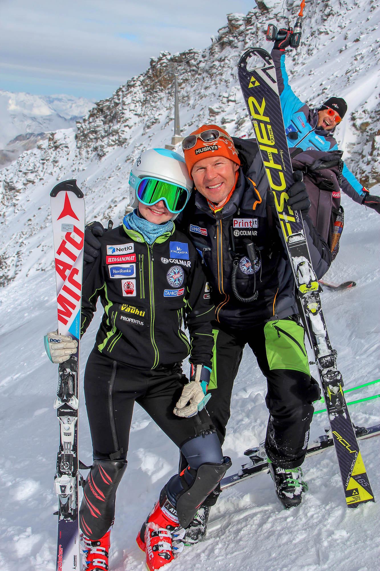 Tuuletuksia Hintertuxissa, Tessa Backman ja Tahkon alppikoulun valmentaja Janne Partanen, takana päävalmentaja Davor Lazeta. Kuva Veli-Matti Kuusela.