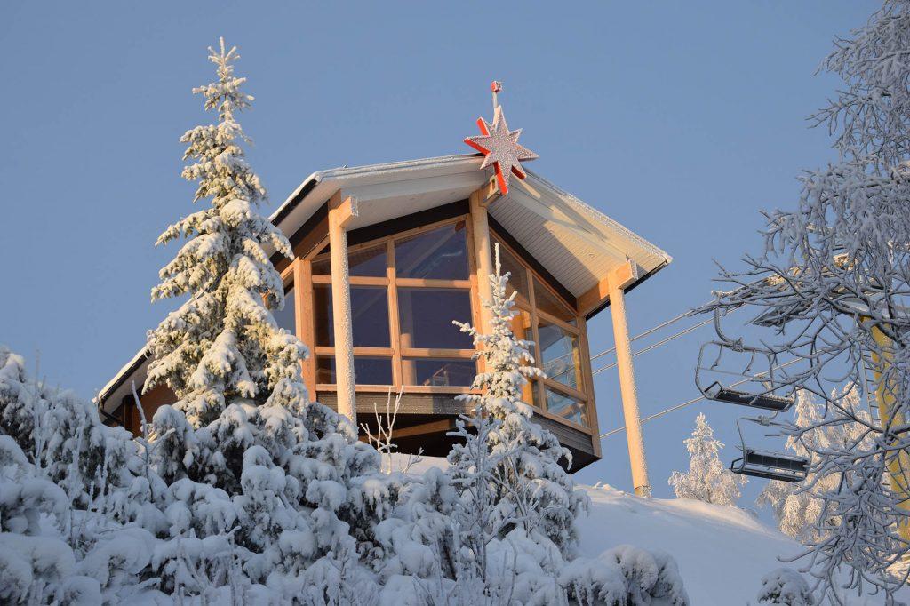 Tahkovuoren huipulla sijaitsee Panorama Bar & Cafe, jonka valttikortti on laajana Syvärijärven yli levittäytyvät Tahkon maisemat.